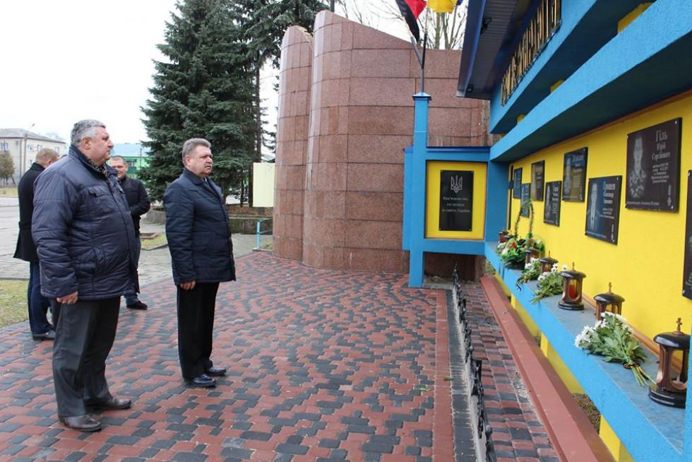 представники районної влади поклали квіти до пам'ятної стели «Герої не вмирають»