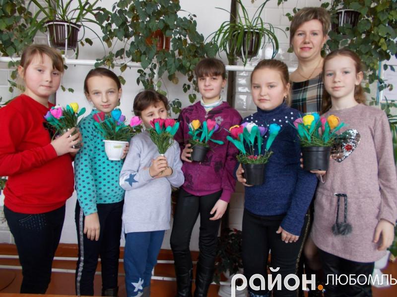 У Будинку школяра діти робили солодкі букетики