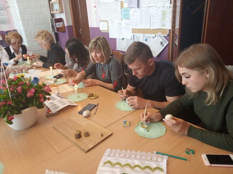 Любомльські педагоги вчилися розписувати великодні писанки
