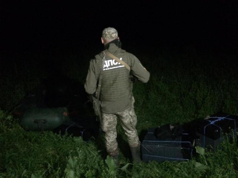 На Любомльщині контрабандисти «загубили» 16 ящиків сигарет і човен