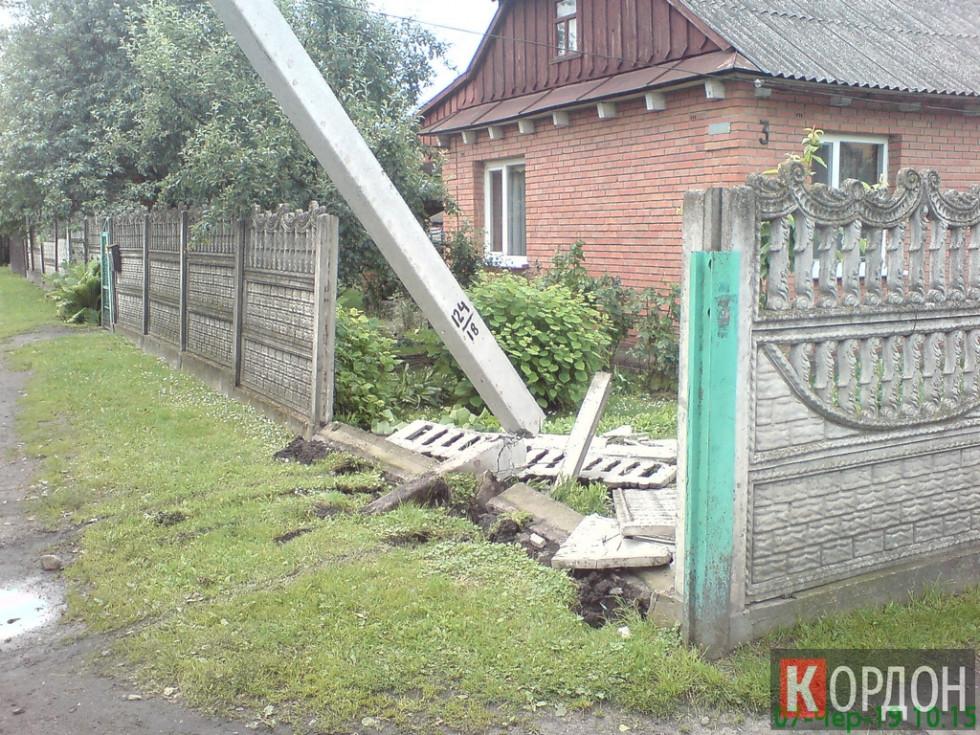 У Любомлі водій влетів у паркан і зніс електроопору