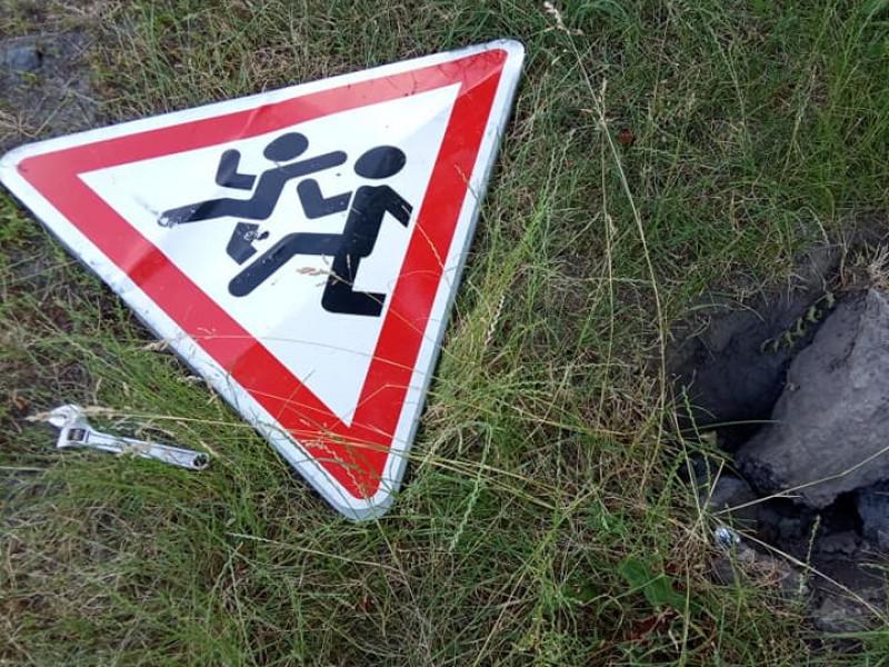 На Любомльщині невідомі вкрали опори дорожніх знаків