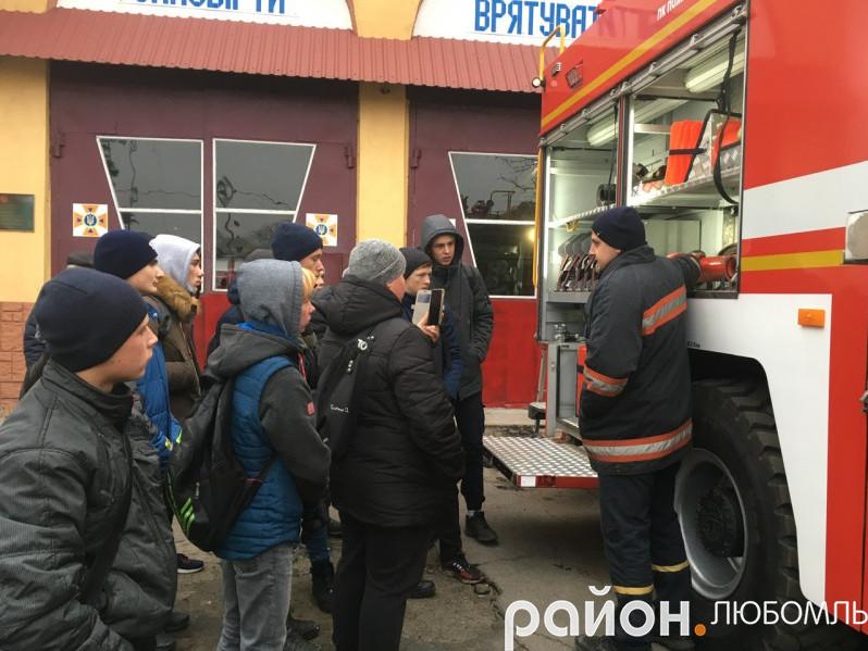 Учням розповідають про пожежний автомобіль
