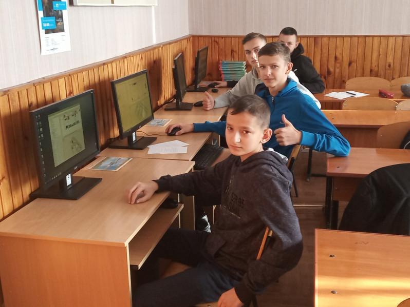 Учні навчаються на нових комп'ютерах