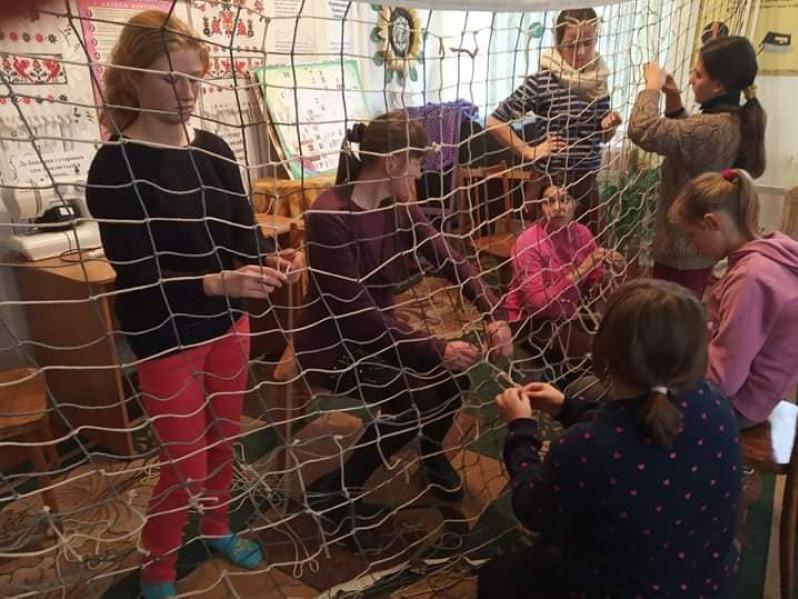 Учні плетуть сітку