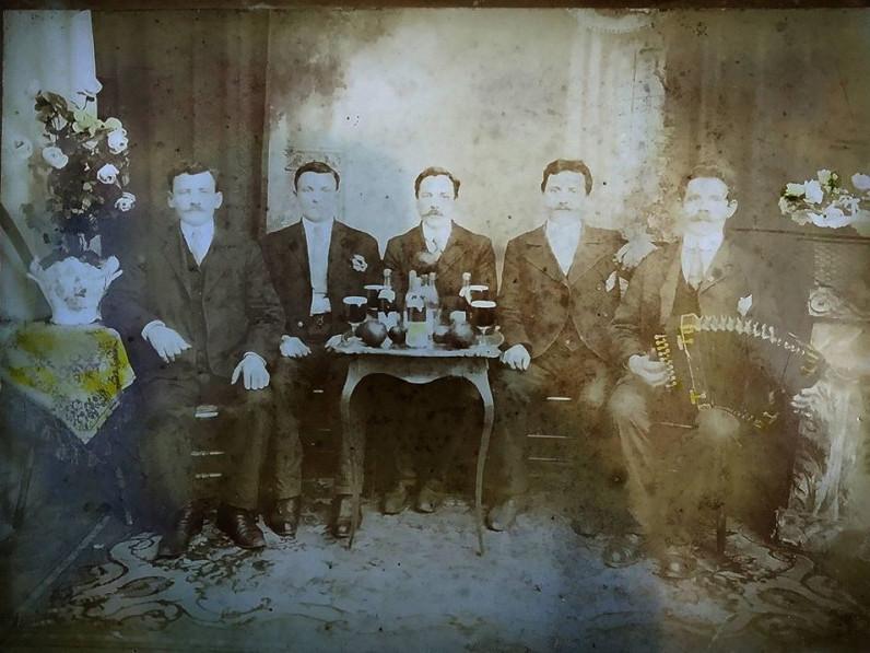 Волинські емігранти з любомльчанином у США на 120-річному фото