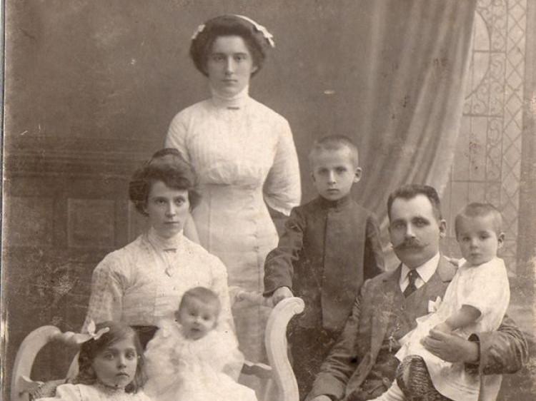 Родина з Любомля на фото 1912 року