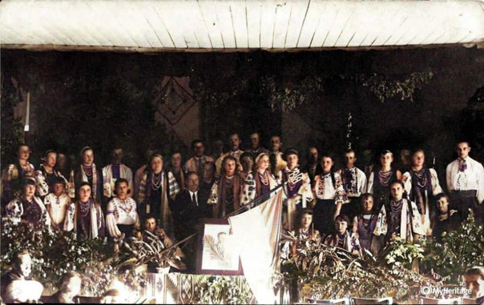 Відзначення дня народження С. Петлюри в Домі Польському місто Любомль. В центрі портрет і жовто-блакитний прапор з тризубом. 1938 рік.