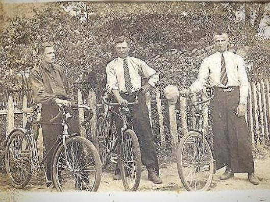 Модні парубки Прибужжя на велосипедах 90 років тому