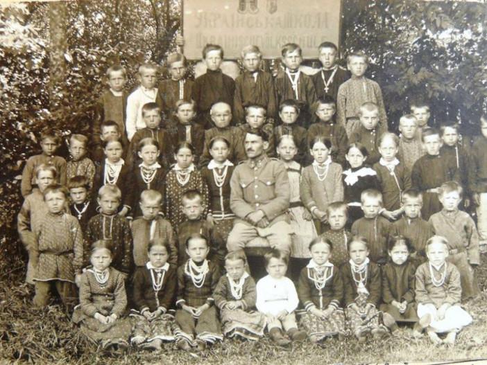 Учні української народної школи у селіКуснища