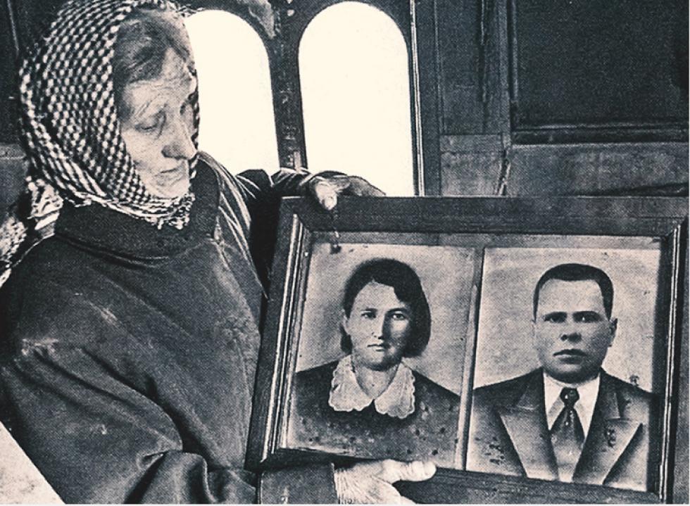 Олександра Васейко зі світлинами своїх батьків.