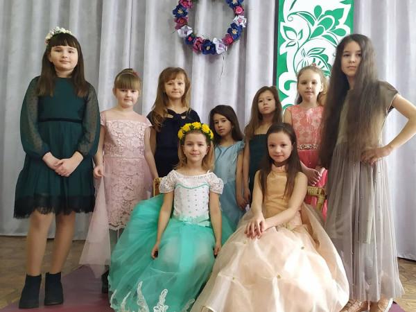 У любомльському Будинку дитячої творчості дефілювали дівчата