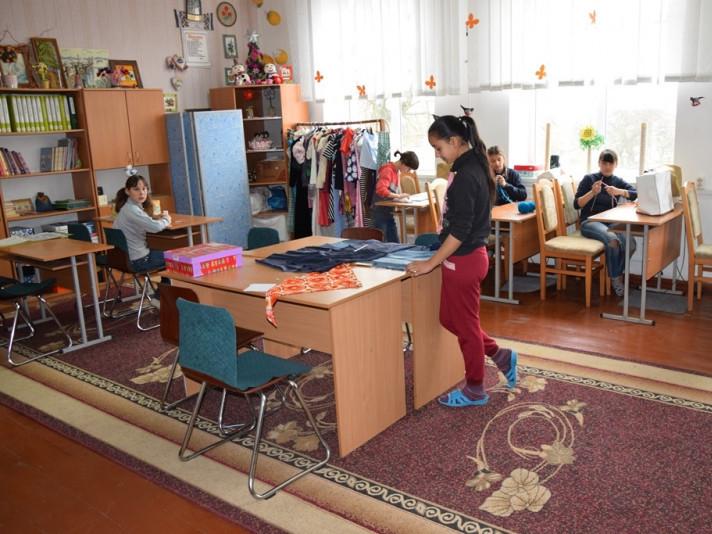 Учні спецшколи у селищі Головне