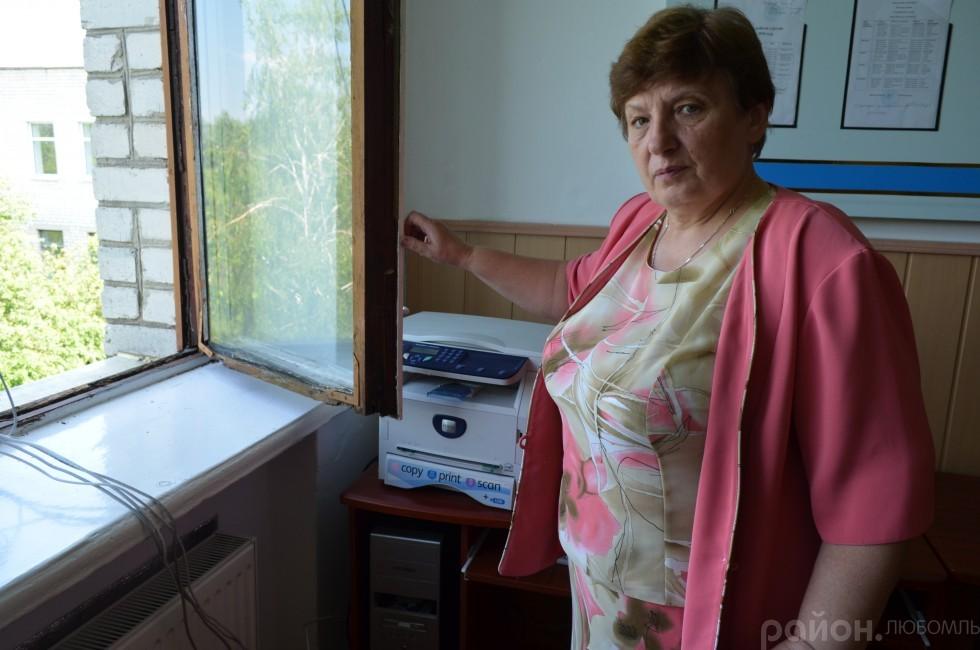Директор школи показує вікно в учительській.