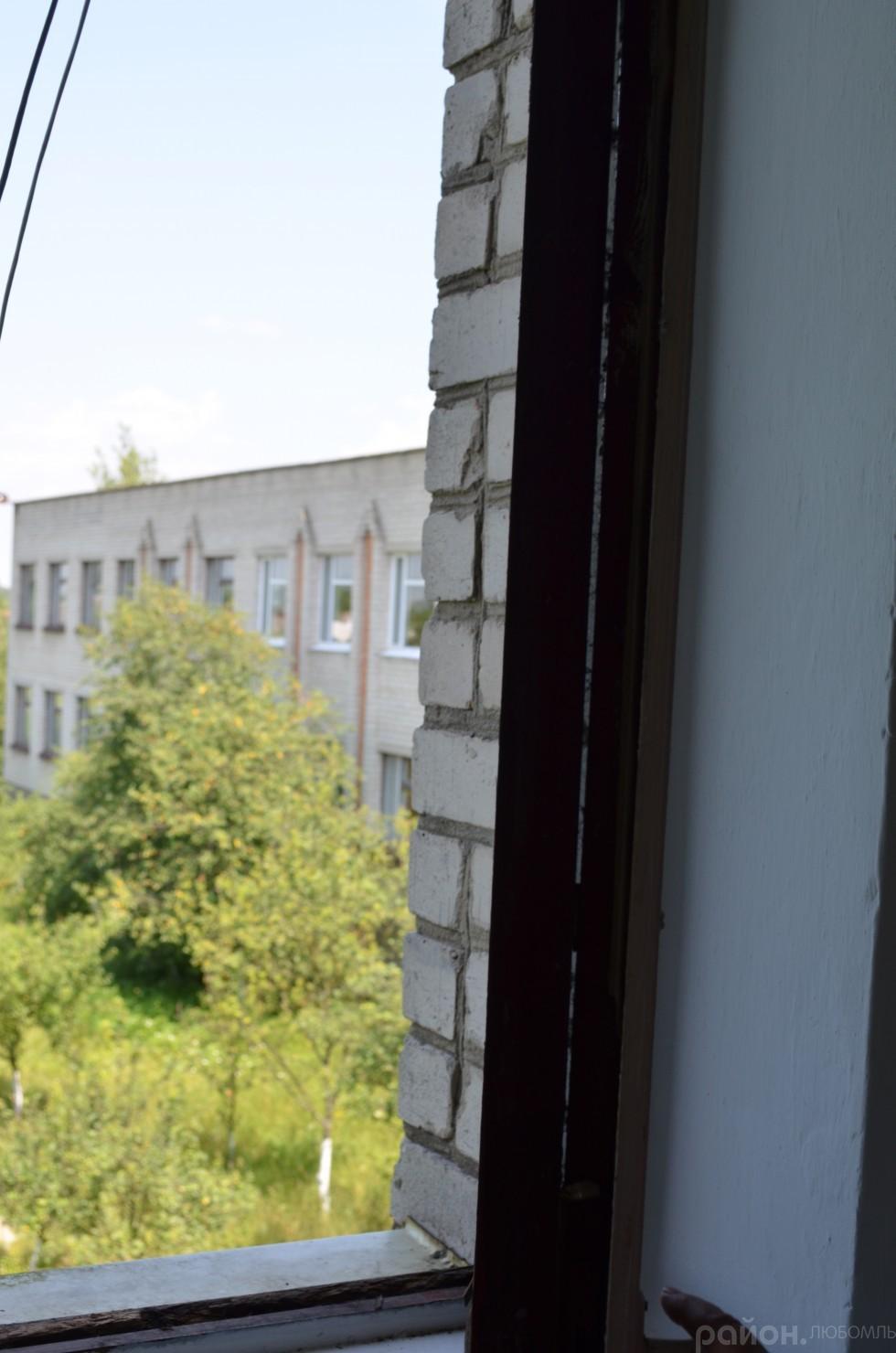 Яке тепло може втриматися у приміщенні школи взимку, якщо у віконних рамах такі щілини.