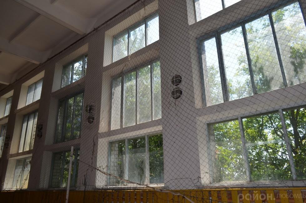 У спортзалі скло у віконних рамах може посипатися у будь-який момент.