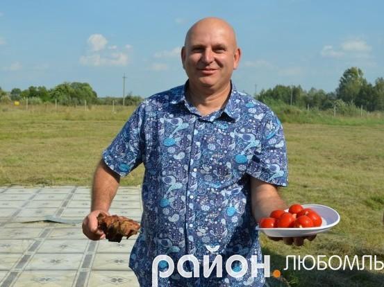 Степан Іванович люб'язно пригощає своїми «фірмовими» помідорчиками.