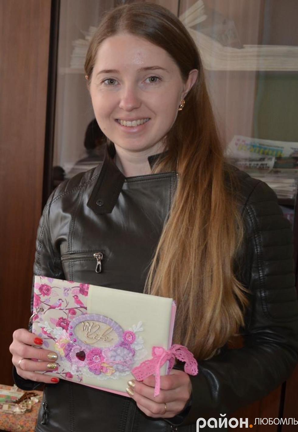 Наталія Веремчук із Вишнева купила фотоальбом своїй донечці.