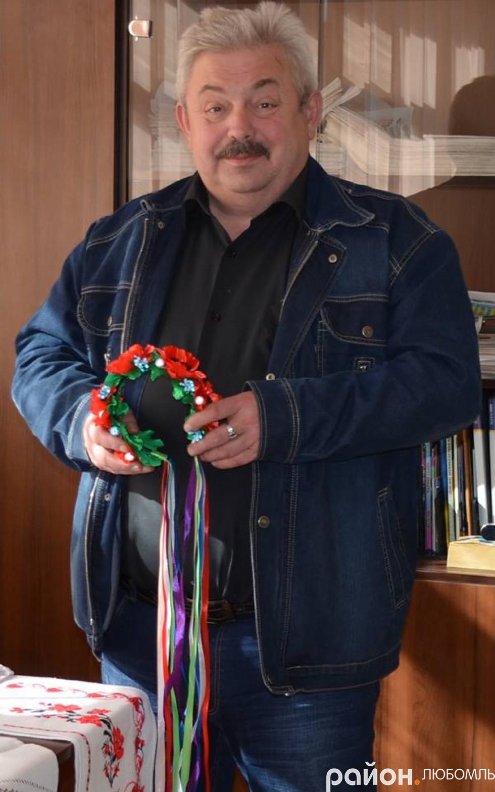 Депутат обласної ради Володимир Дибель придбав віночок для внучки.