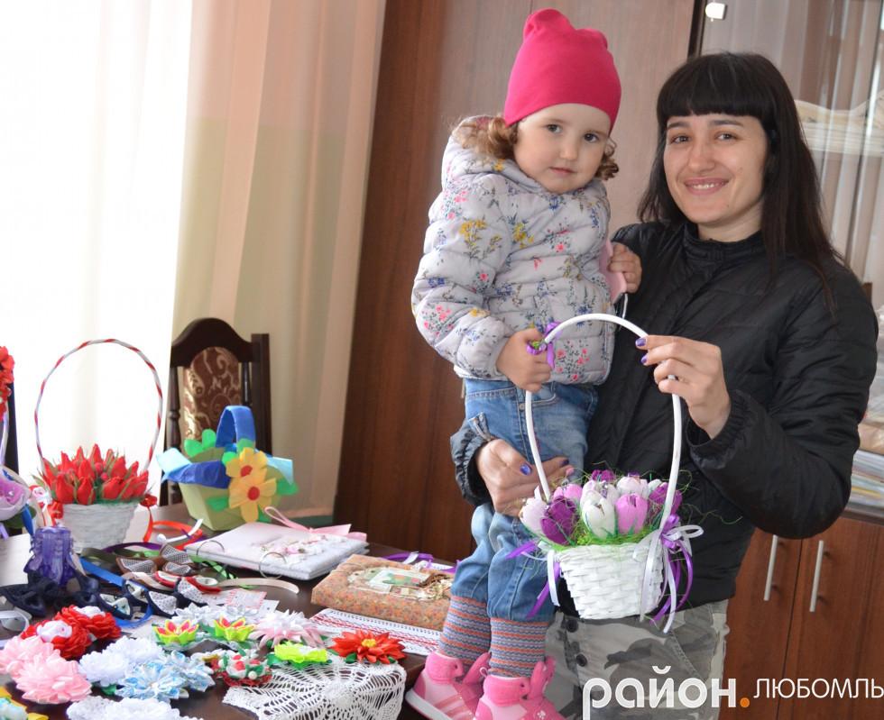 Любомльчанка Іра Артюшенко із донечкою купили солодкий букетик.