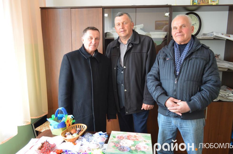 Депутати районної ради Дмитро Маляс та міськради Володимир Дячук взяли символічні сувеніри на згадку про участь у благодійній акції.