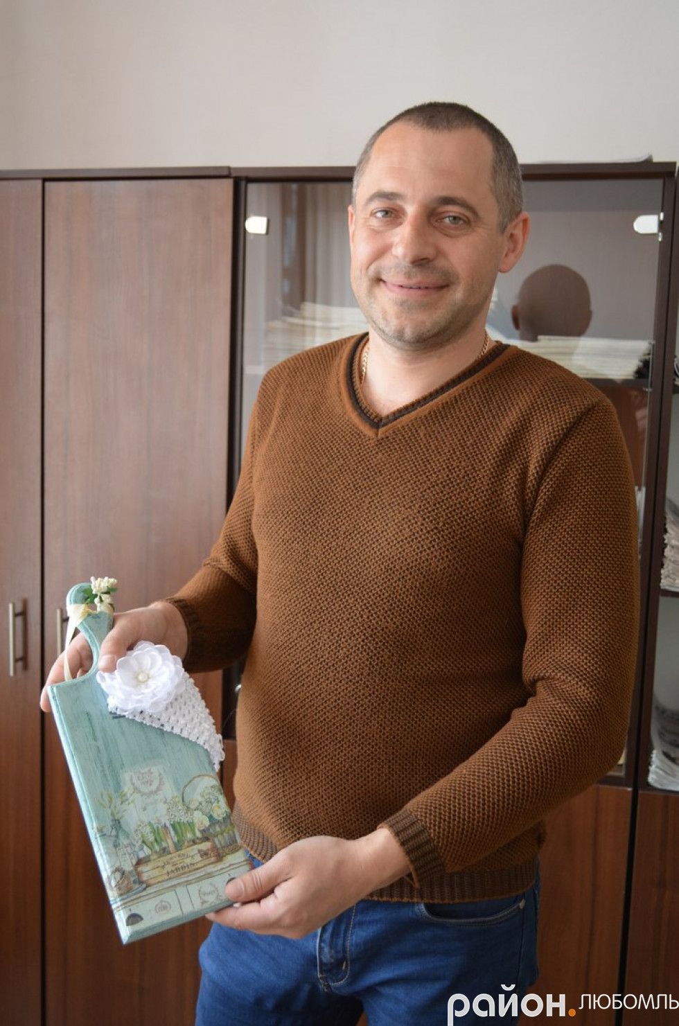 Депутат Любомльської міськради Леонід Богдан придбав подарунки для дружини і донечки.