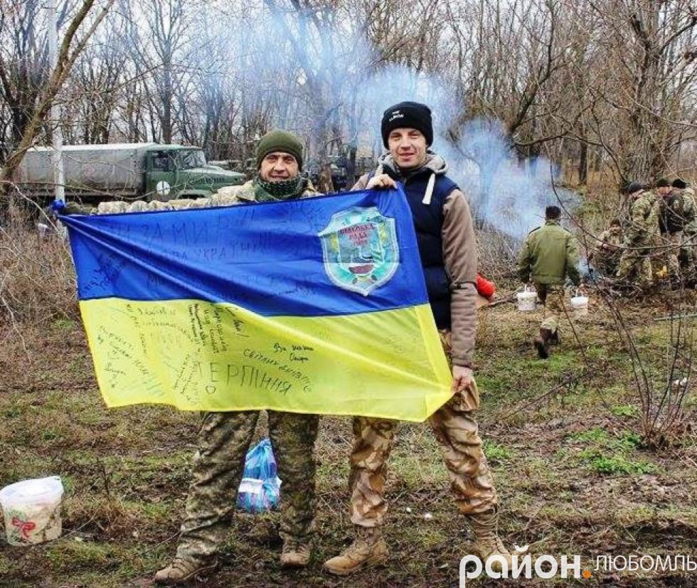 Боєць із позивним «Охотнік» (на фото зліва) вдячний учням Рівненської школи за прапор, який тепер майорітиме поблизу Попасної.