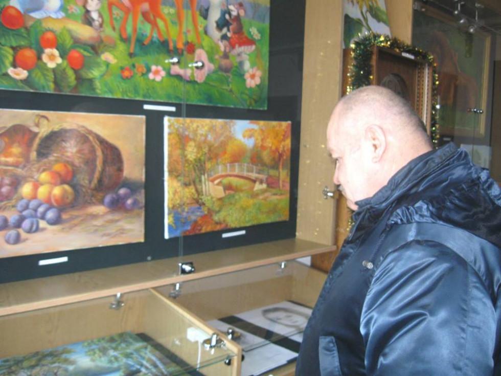 Присутні уважно розглядали картини.
