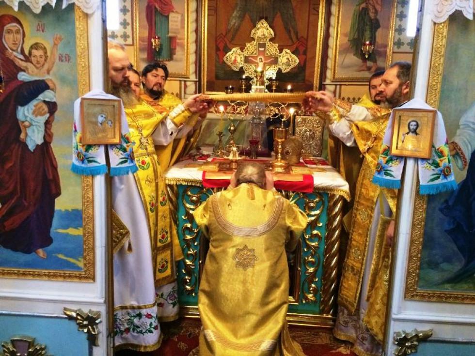 Священики приступили до таїнства сповіді та причастя.