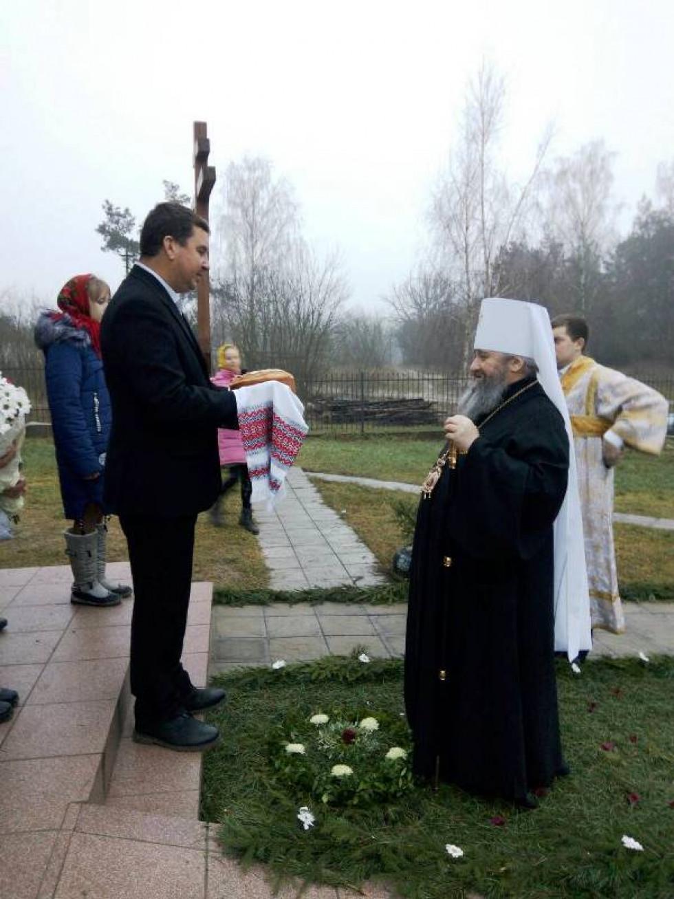 Зустрів Владику староста храму, який вручив гостеві хліб.