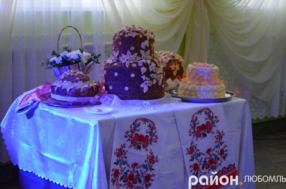 Багатовічні українські традиції - йти на весілля із хлібом.
