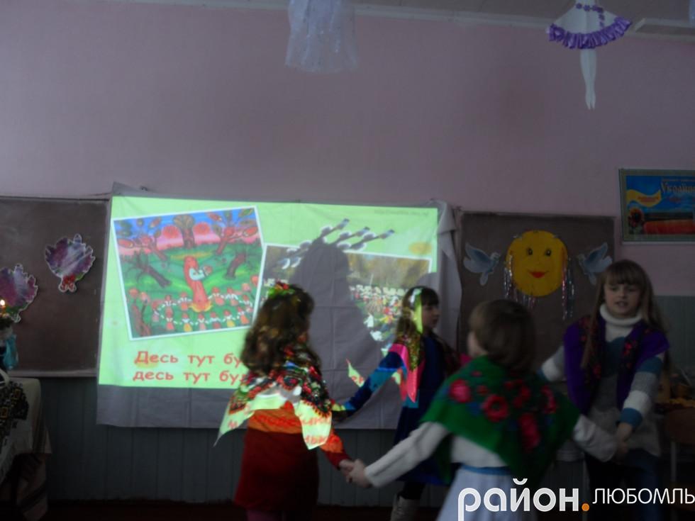 Чарівними веснянками закликали дівчатка 3 класу Весну-красну.