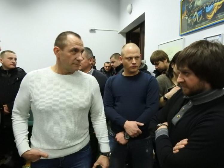 Олександр Балабаш (ліворуч у білому светрі) разом із зятем (праворуч у синьому светрі)