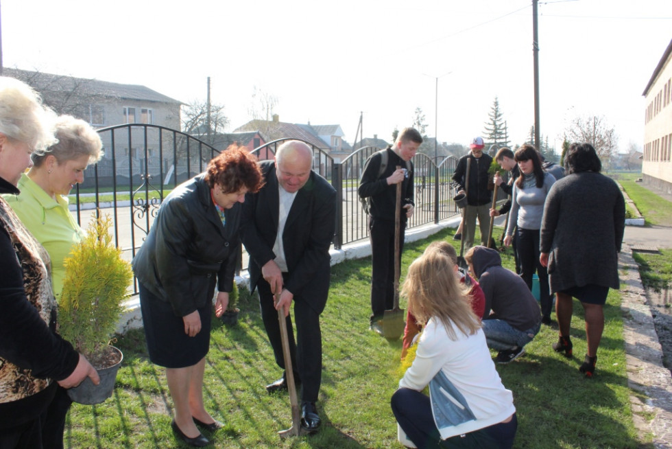 Одинадцятикласники школи №2 долучилися до озеленення території.