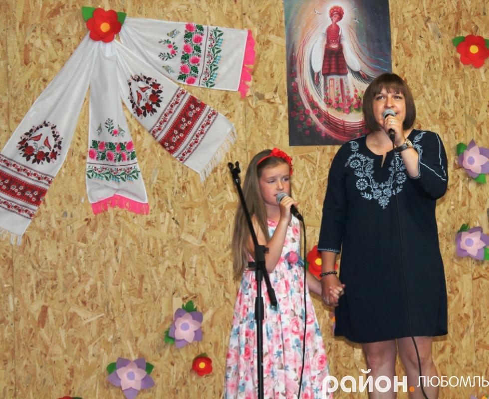 Дует сім'ї Борисюків, доньки Ульяни та мами Юлії.