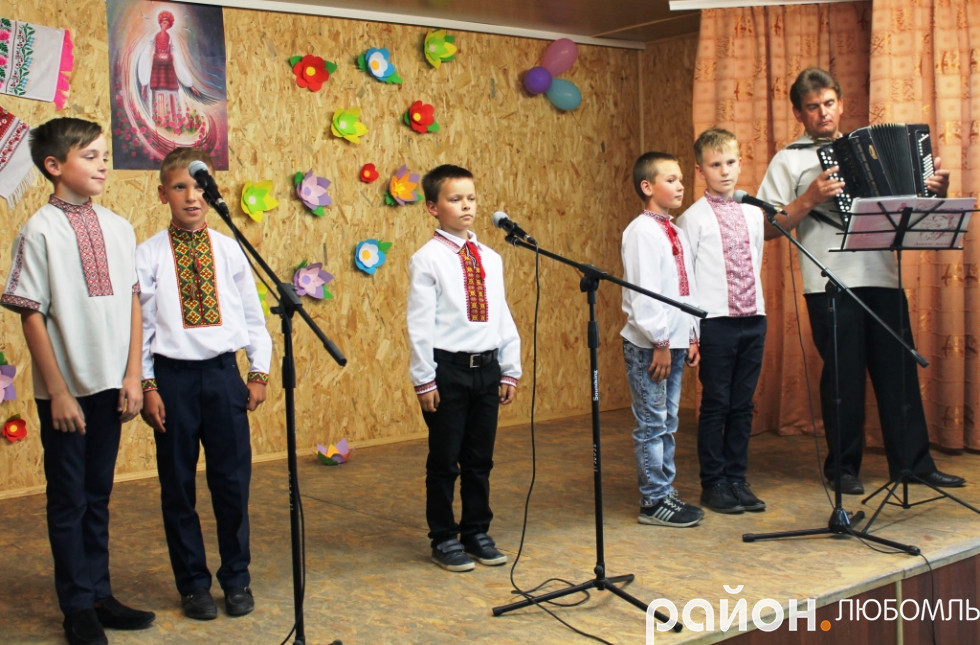 Учасники вокального гуртка Вишнівського НВК.