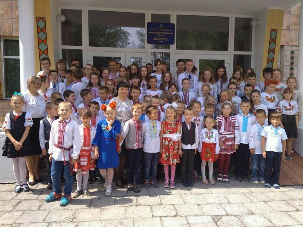 Учні й учителі Штунської школи.