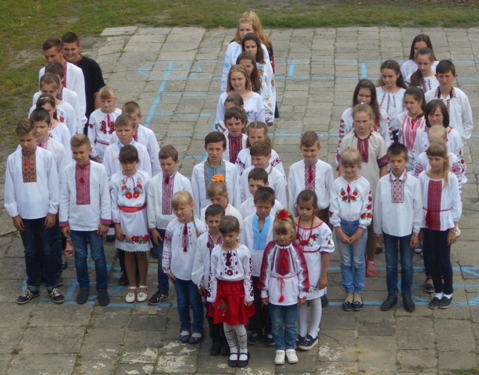 Вихованці Хворостівського НВК на День вишиванки утворили живий тризуб.