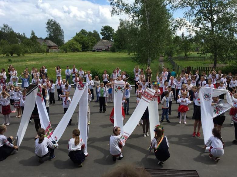 Вихованці Згоранської школи утворили з рушників слово «МИР»