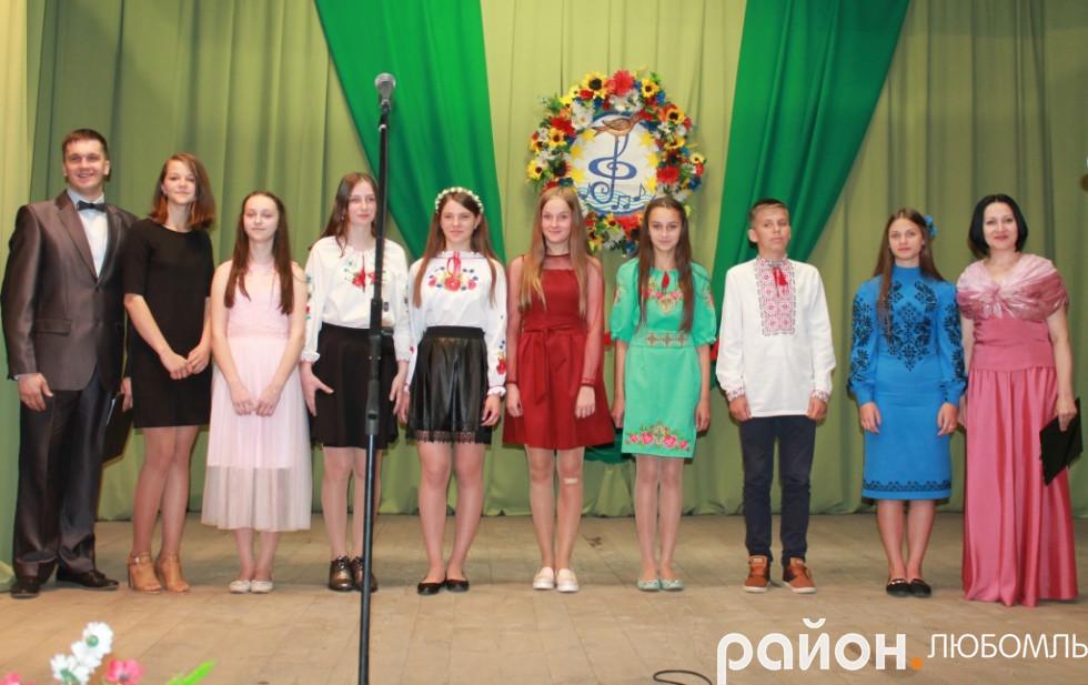Конкурсанти ІV вікової категорії з ведучими Сергієм Шафраном та Іриною Мирон.