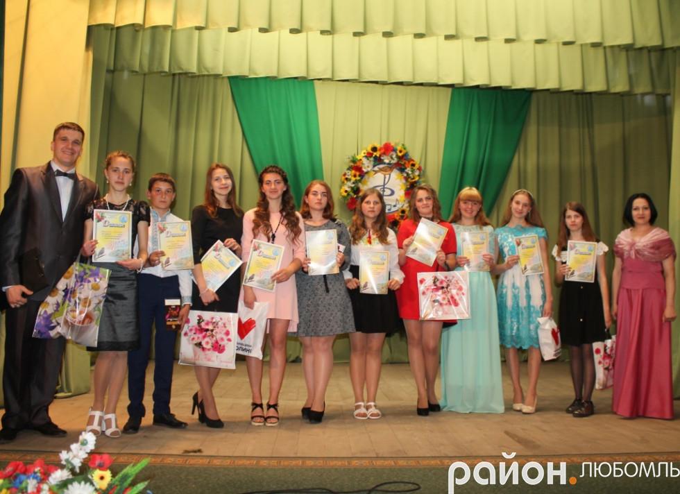 Конкурсанти V вікової категорії з ведучими конкурсу.
