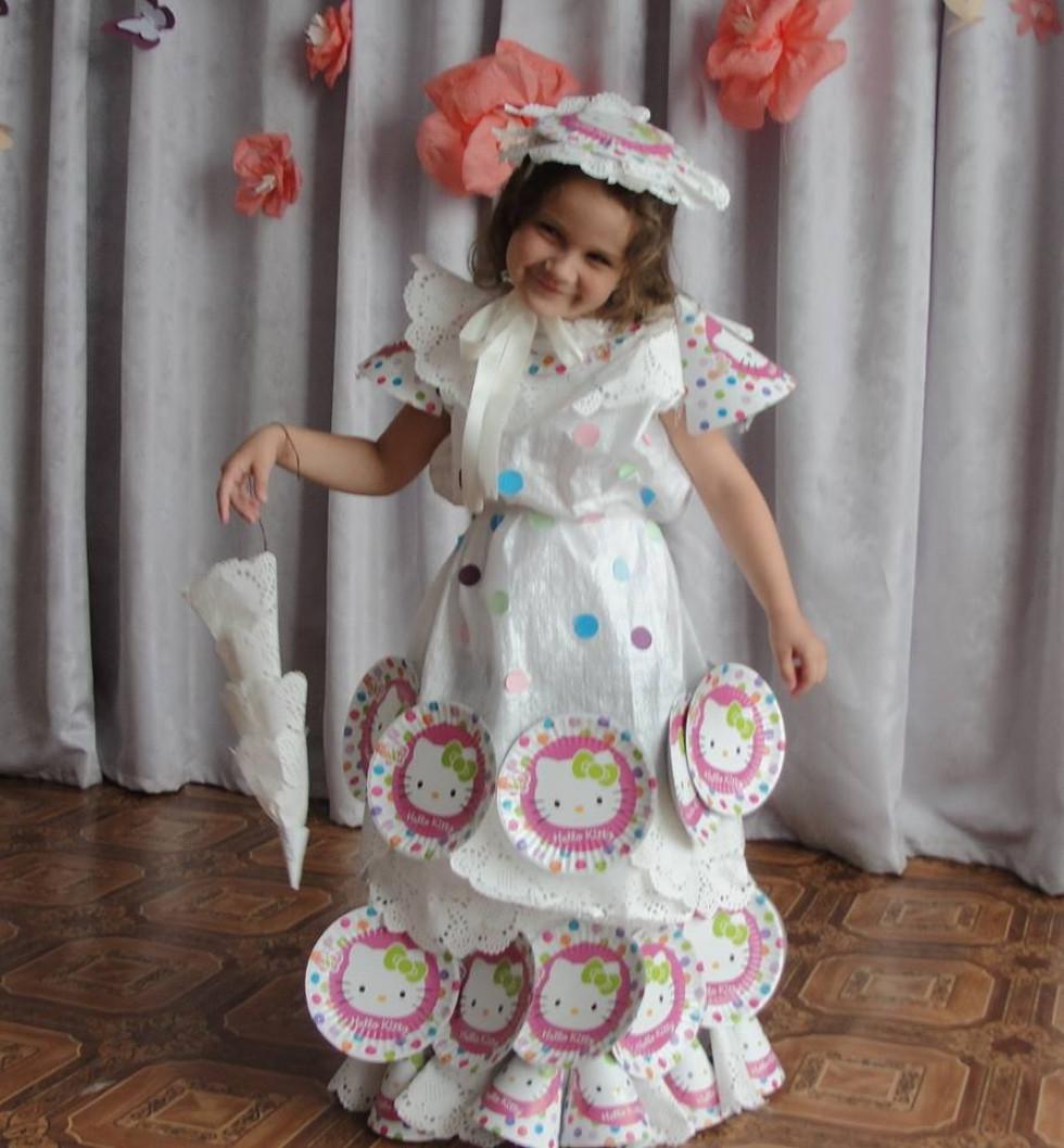Любомль  дівчатка дефілювали у сукнях з підручних матеріалів - Район ... fb7f4245ff9c5