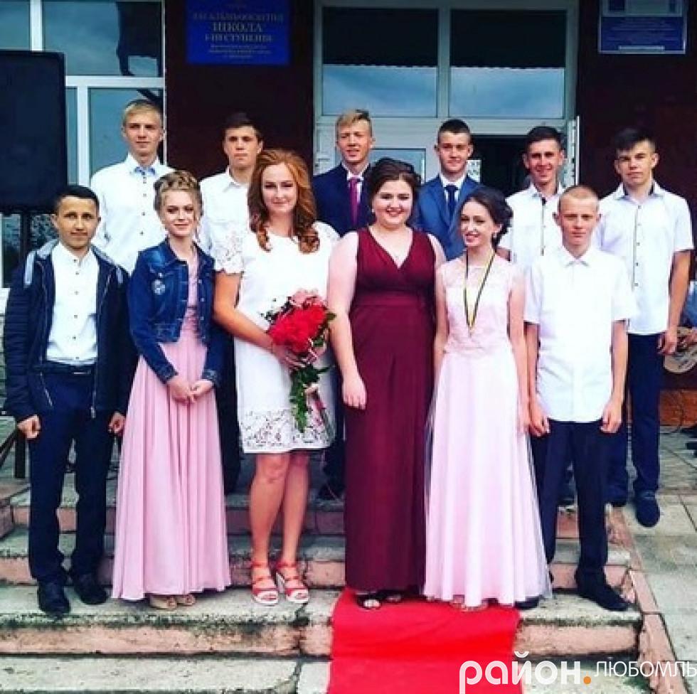 Срібна медалістка Полапівської школи Катерина Бубен зі своїми однокласниками.