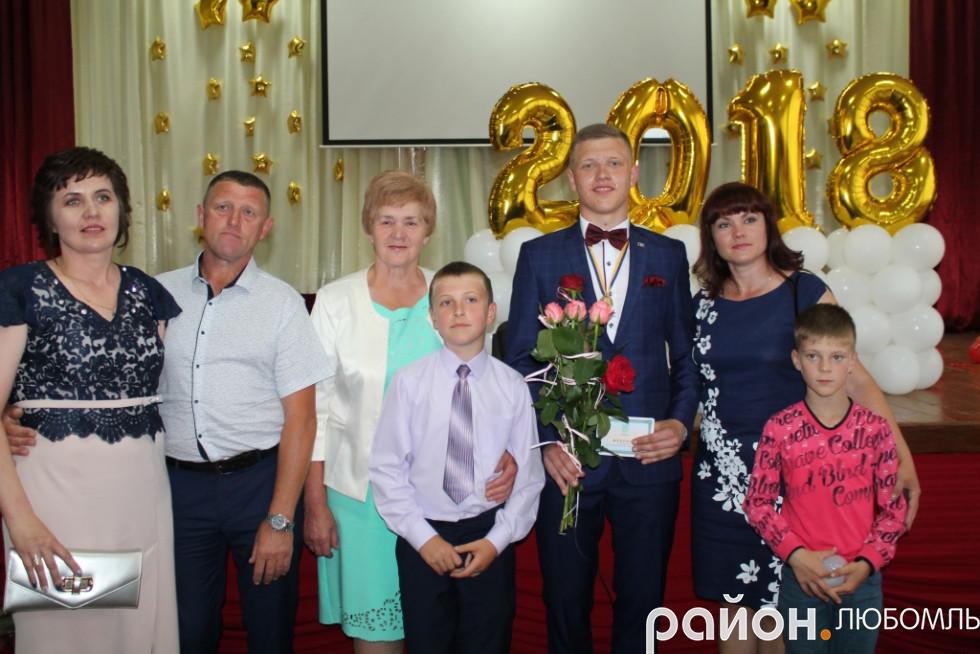 Олександра Ющука, вихованця районної гімназії, прийшли привітати рідні.