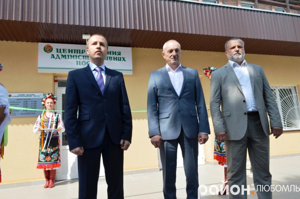 Представників влади району та області.
