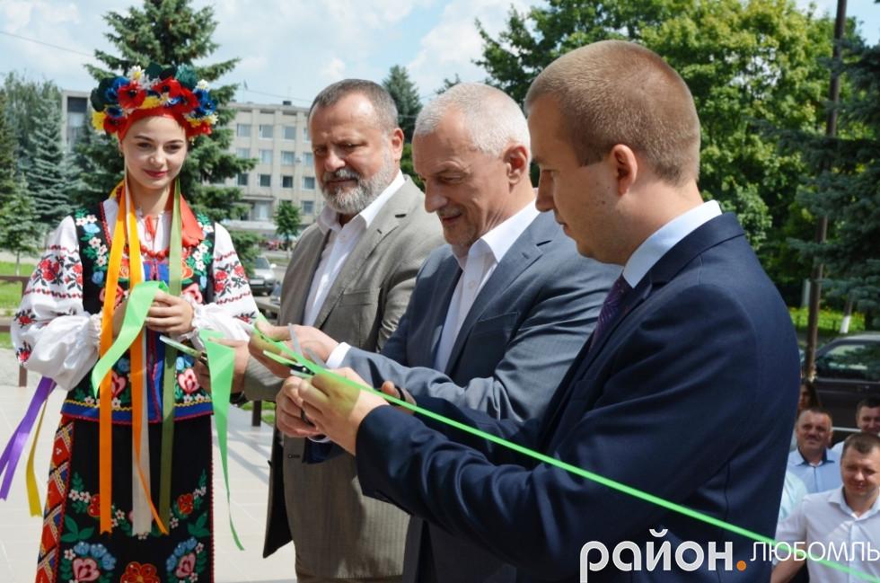 Очільник РДА Олександр Устименко, губернатор Волині Олександр Савченко та голова Любомльської ОТГ Роман Ющук (зліва направо) перерізують стрічку.