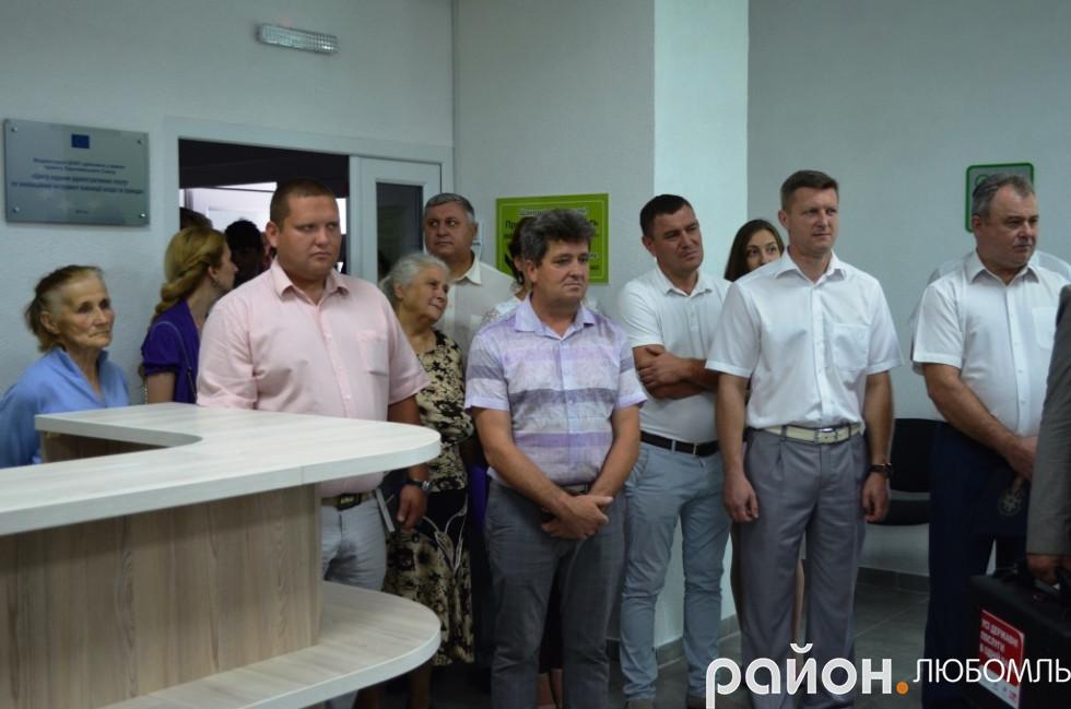 керівник відділу ЦНАПу Любомльської міської ради Іван Маїло проводить ознайомчу екскурсію.