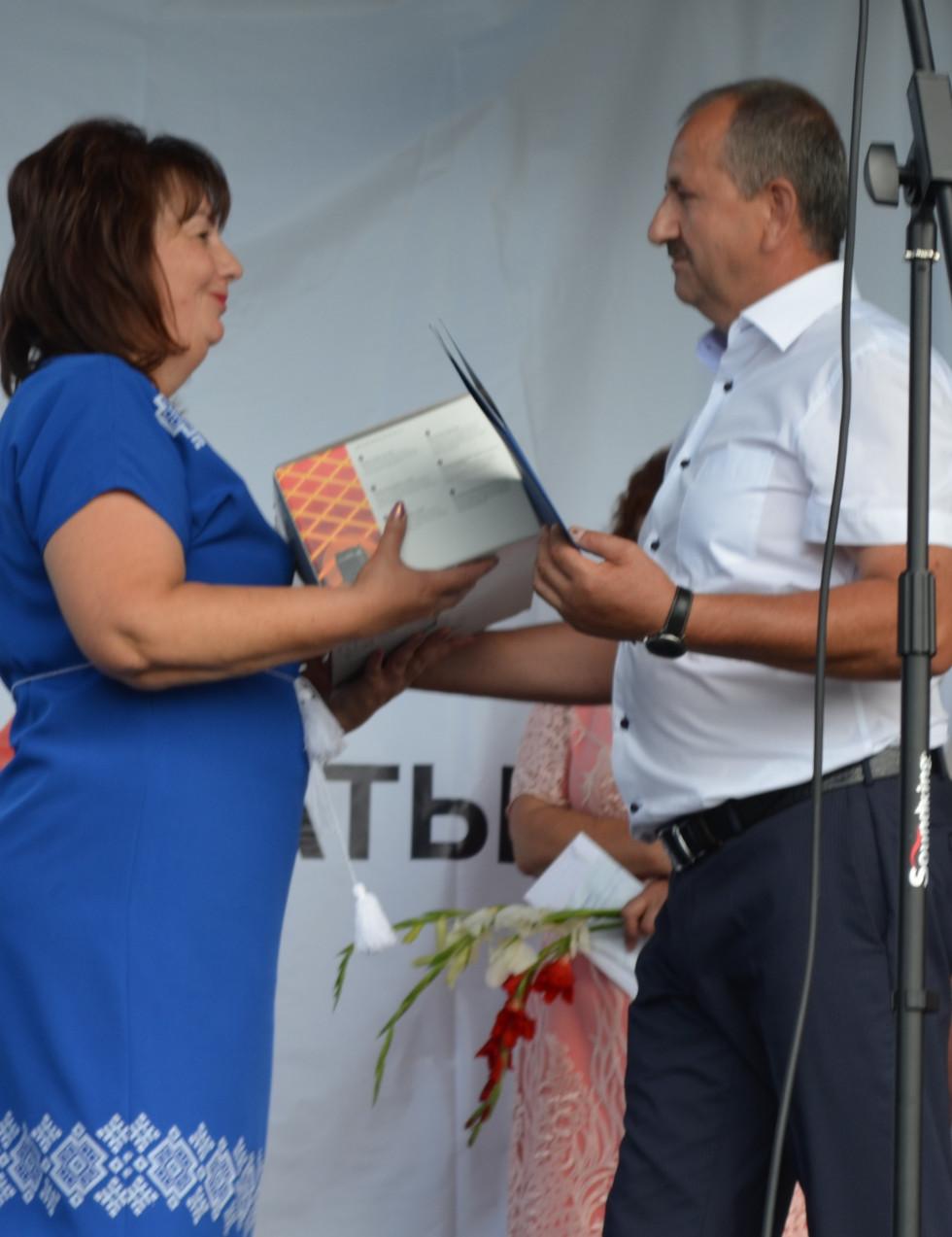 Сергій Хмілярук вручає подарунок заступниці голови Вишнівської ОТГ Галині Федончук.