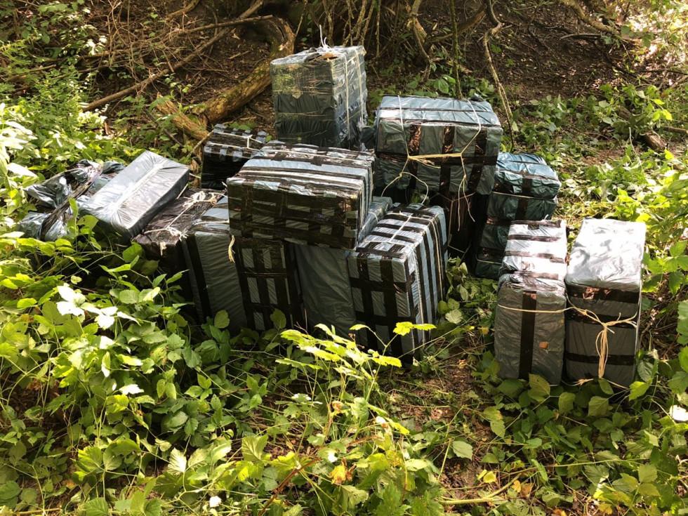 30 ящиків сигарет залишили біля кордону контрабандисти.