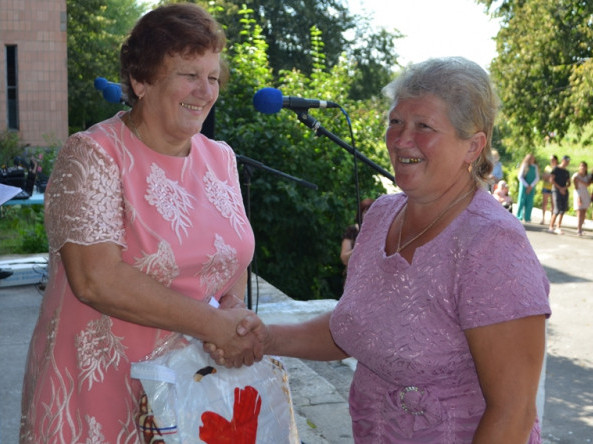 Ганна Сачук вручає подарунки на Дні села у Штуні.